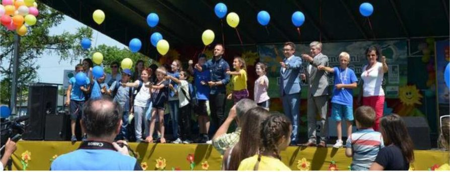 """Dzieci puszczają balony podczas wydarzenia """"Słoneczne Dni"""""""