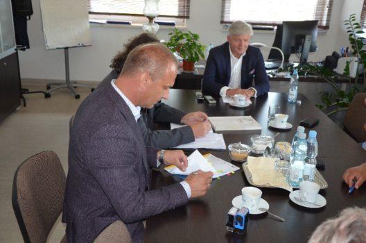 podpisanie umowy na zwiększenie zakresu robót w Gminie Dębowiec